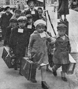 Suomalaiset sotalapset lähdössä Ruotsiin 1940-luvun alussa.