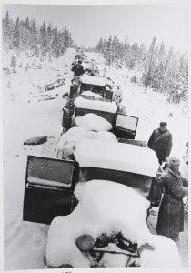 Suomalaisten pysäyttämä puna-armeijan autokolonna Raatteen tiellä vuonna 1940.
