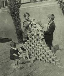Saksalaiset lapset leikkivät rahalla vuonna 1923.